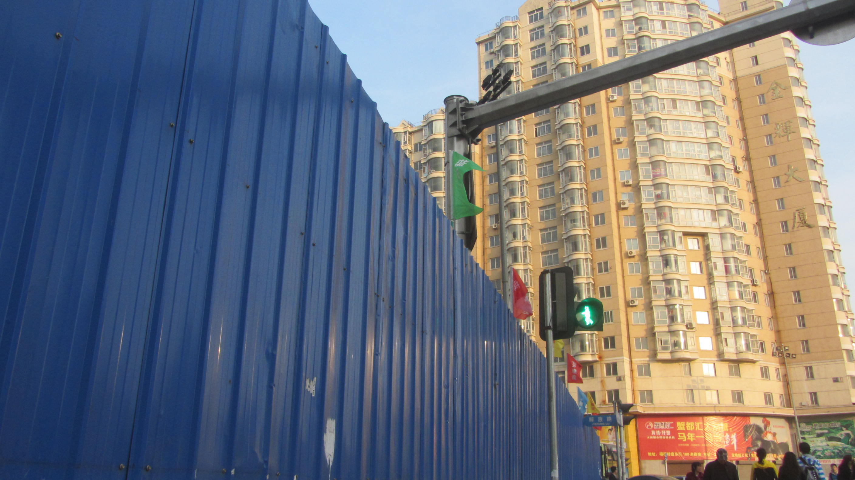 人民街与解放路交口的人行道红绿灯怎么向后转了 高清图片