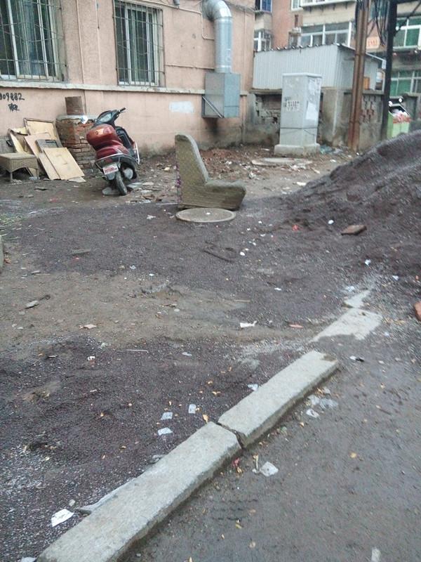 龙江中街人行道这是要铺砖了 高清图片