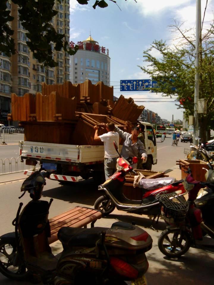 花箱被货车运走了高清图片