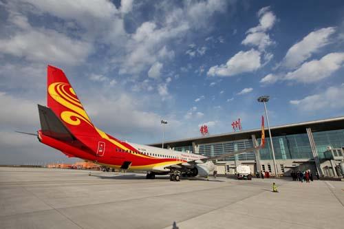 航空公司波音737—700型大飞机徐徐降落锦州湾机场
