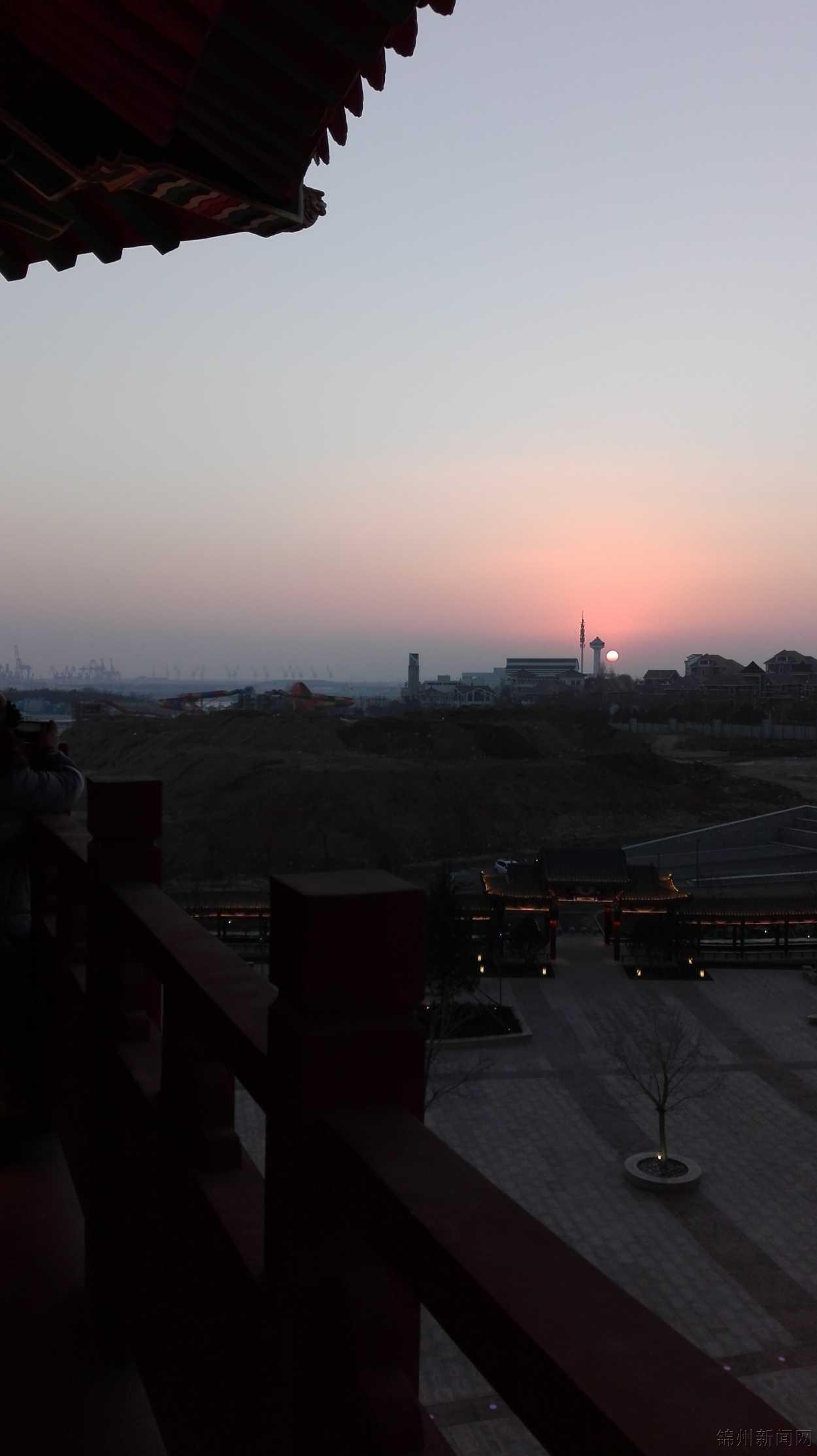 30手机拍摄于锦州笔架山风景区龙海广场海天阁.