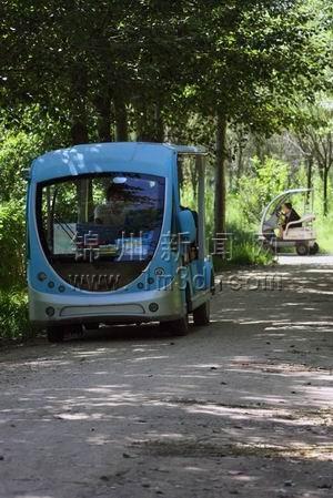 驶 进锦州东湖森林公园