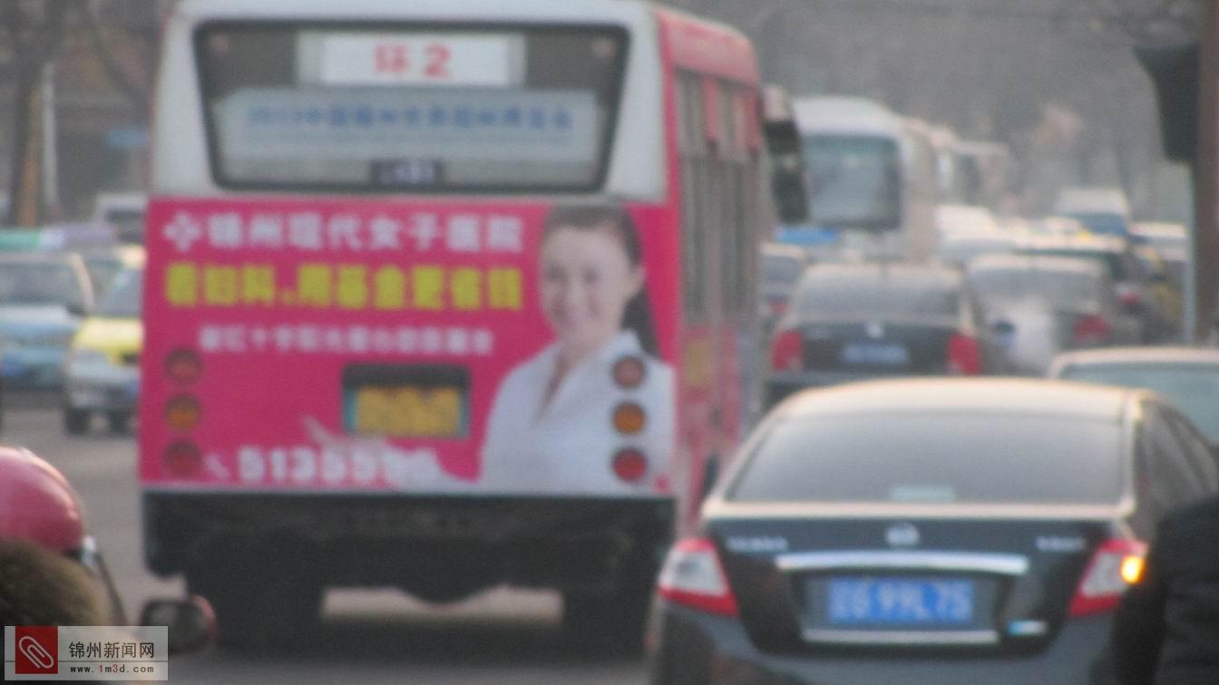 这台公交汽车后面的保险杠都跑丢了,还在坚持